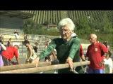 Джоанна Каас - тренировка на брусьях