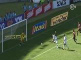 Vasco quase faz gol contra duas vezes no mesmo lance