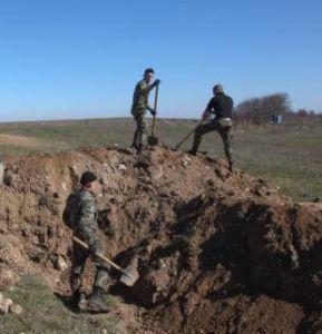Украинских милиционеров заставляют рыть окопы и дежурить на блокпостах