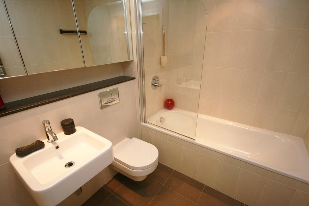 Зеркальная стена визуально расширит пространство небольшой квартиры.