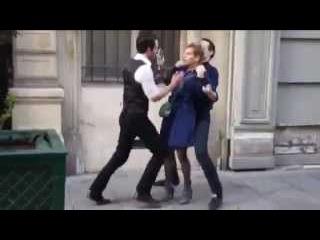 Адский прикол мужик трахает бабу на улице