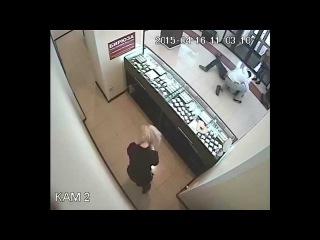 парень вырубил грабителя в Челябинске и потом спас ему жизнь