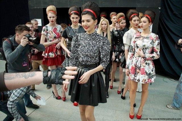 Давно сложилась традиция – Неделю моды открывает показ от Юдашкина. В этом году организаторы остались верны традициям, и 25 марта Москва увидела его коллекцию «В поисках утраченного», которая произвела фурор на Парижской недели моды.