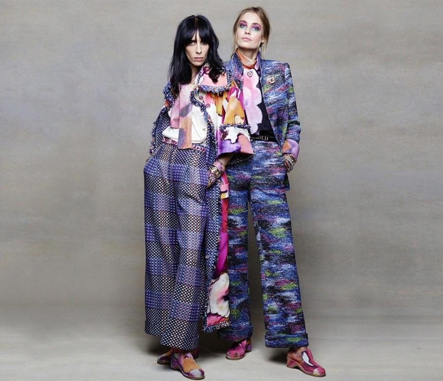 Креативный директор модного дома Chanel Карл Лагерфельд снова взял камеру и сотворил фотосессию новой весенне-летней коллекции. Модели примерили вещи из новой коллекции, которые сделаны в духе 1970-х: блузы и жакетыс широкими плечами, укороченные широкие брюки, шорты с высокой талией. В каждом луке читается стиль Коко – броши и жемчуг, маскулинность и твид в образах.