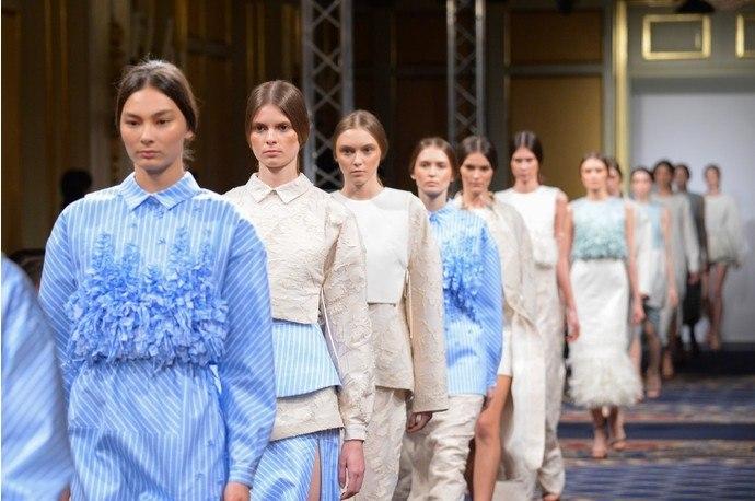 31марта дизайнерский дуэт Юлии и Алисы Рубан показали публике свою новую коллекцию. В ней переплелись элементы pret-a-porter и haute-couture.