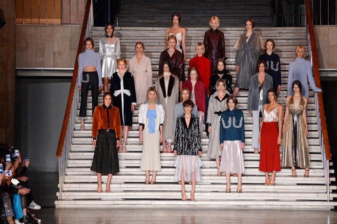 Показ был посвящен ностальгии по школьным годам в советское время. Дизайнер Андрей Артемов вдохновляясь модой 70х и началом 80х, создал коллекцию с трикотажными платьями, длинными юбками из шерсти, водолазками под горло, куртки-бомберы, отложные воротники и брюками-клеш с бахромой, нарочно «испачканной мелом».