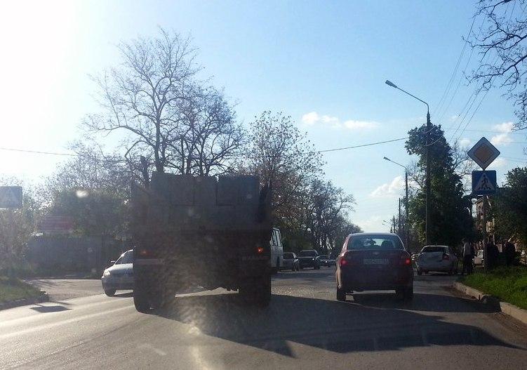 В Таганроге груженный «КамАЗ» протаранил «Шкоду»