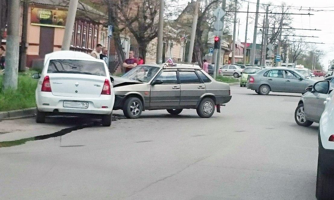 В Таганроге произошло ДТП с участием такси и «ВАЗ-21099», есть пострадавшие