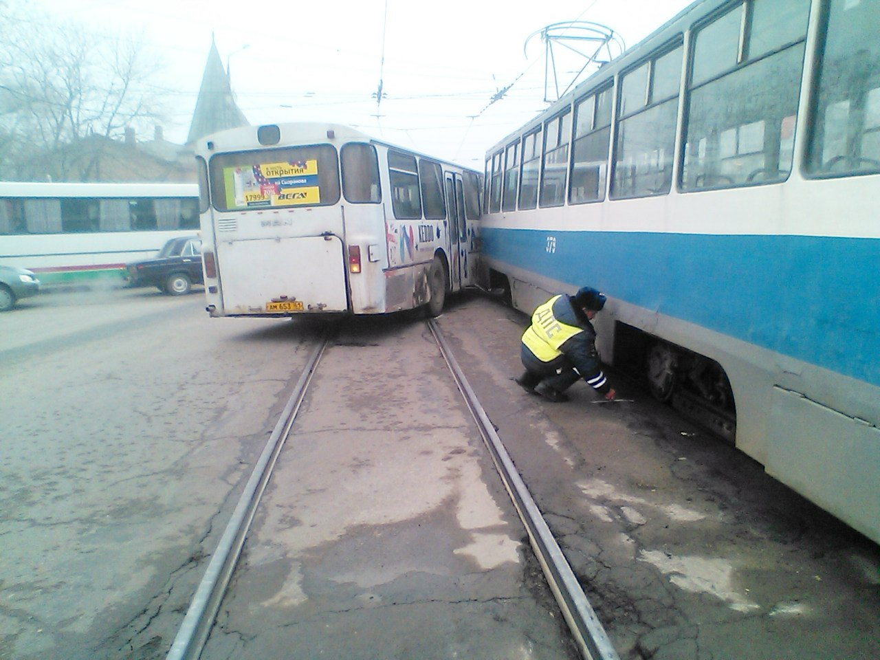 В Таганроге на «Радуге» автобус столкнулся с трамваем