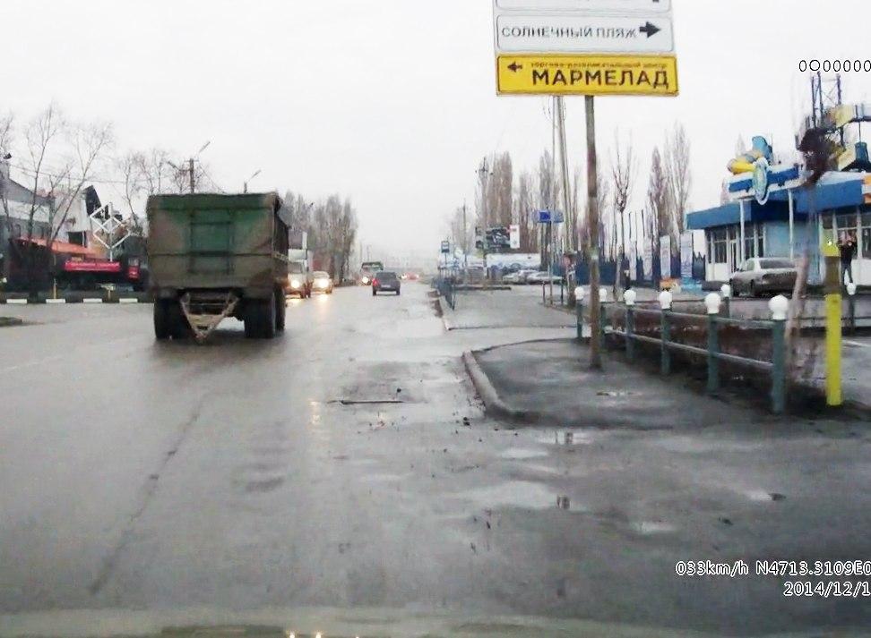 В Таганроге рядом с аквапарком во время движения от «КамАЗа» отцепился и покатился на встречку прицеп. ВИДЕО