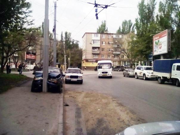 В Таганроге автоледи на «ВАЗ-2115» врезалась в столб