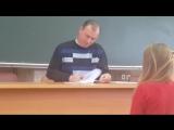 Преподаватель проверяет лекции.divx