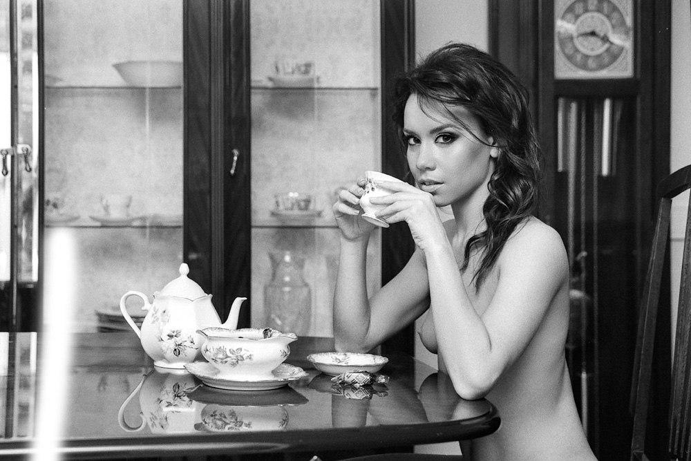 Выпившая девушка показывает себя обнаженной и сладкой  110913