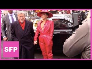 Леди Гага и Тони Беннетт гуляют по Таймс-сквер в Нью-Йорке (3 декабря)
