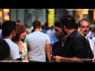 Ragazza a Napoli chiede ai ragazzi di fare l'amore con lei