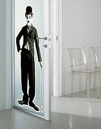 наклейки на дверь фото, виниловые наклейки на дверь фото, декоративные наклейки на двери межкомнатные фото, наклейки на двери фото, сплошная наклейка на дверь фото, черно-белая наклейка на дверь фото, наклейка полностью на всю дверь фото, наклейки со звёздами фото, наклейка мужчина фото, наклейка чарли чаплин фото