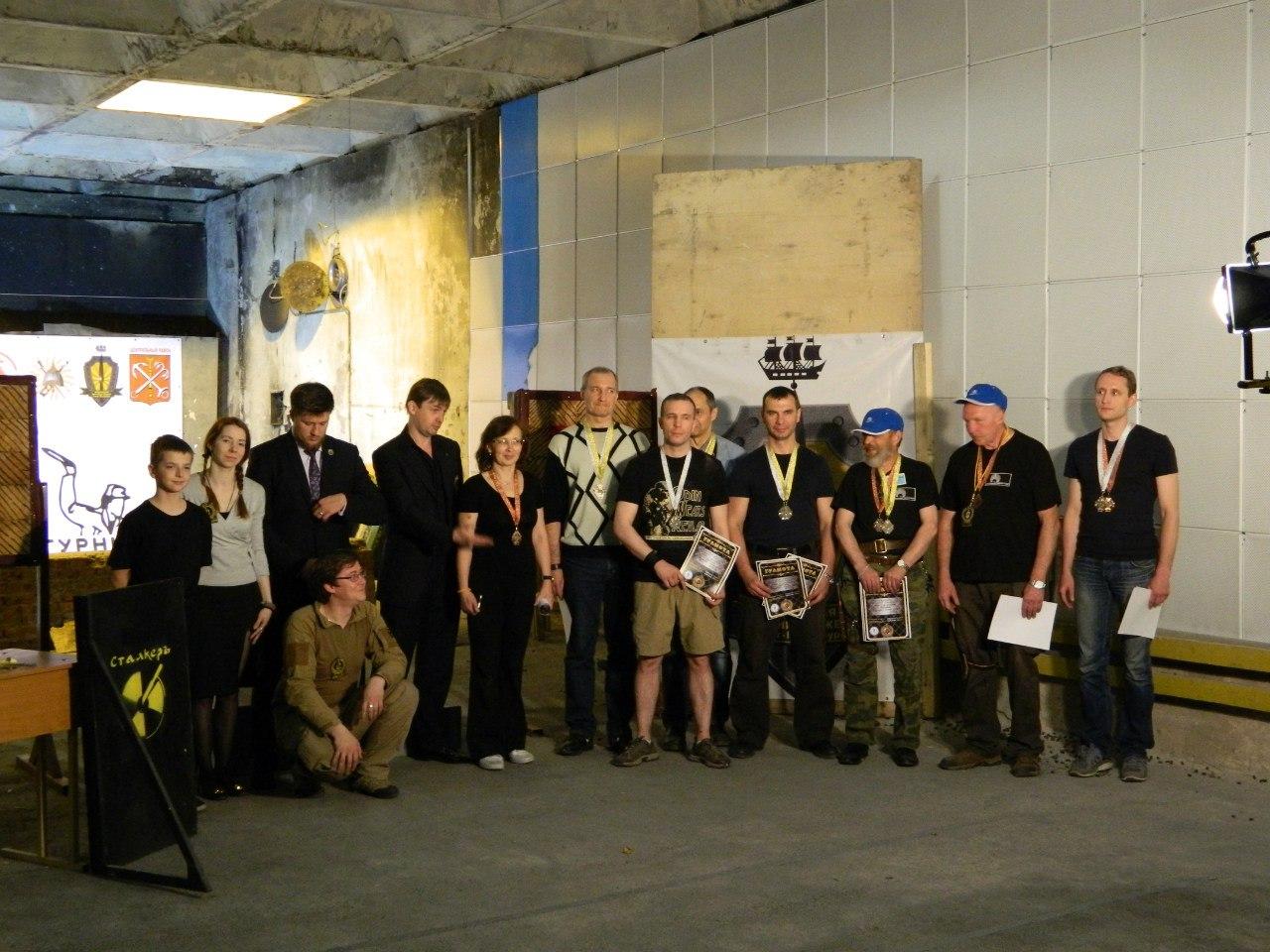 Победители турнира по метанию ножа из различных положений