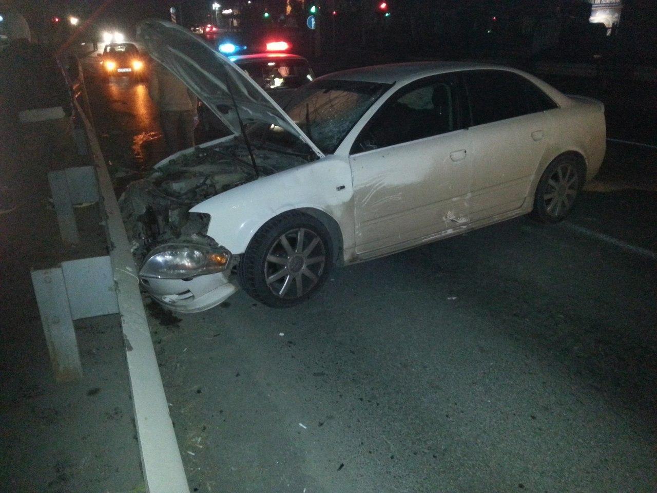 В Таганроге водитель Audi сбил девушку и врезался в отбойник на Бакинском мосту