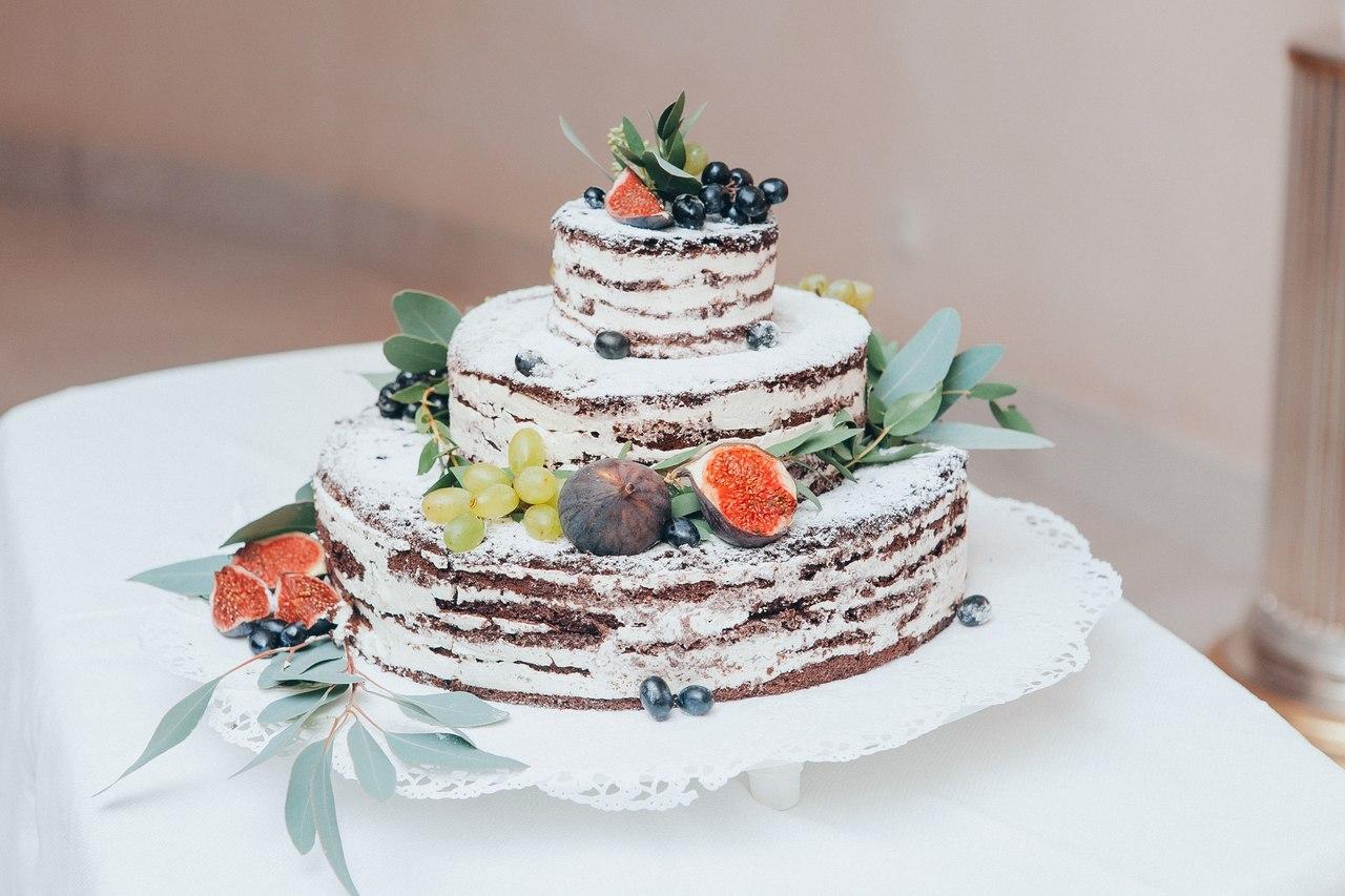 свадебный торт с открытыми коржами и украшенный фруктами