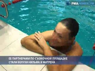 Девушка 12 минут плавала с белухами в ледяной воде