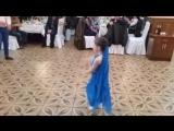 маленькая принцесса танцует под индийскую песню