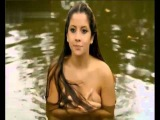 Красивая девушка плавает голая!!!