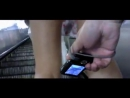 У девушки под юбкой на эскалаторе снимают видео и делают фотки