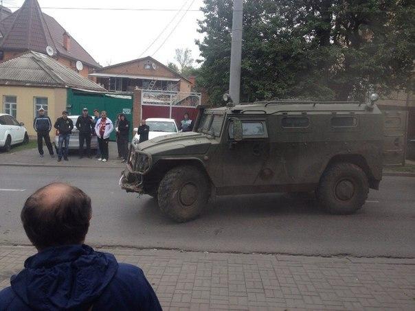 В Ростове военный «Тигр» с бойцами кубанского спецназа сметал все на своем пути, смяты около 10 машин, есть погибшие.ФОТО.ВИДЕО