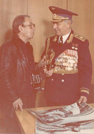 Встреча в Военно-воздушной академии им. Ю. Гагарина. М.С. Редькин поздравляет Н.М.  Скоморохова с присвоением звания Маршал авиации. Фото неизвестного автора. 1981 год