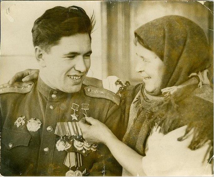 "Мать - Елена Лазаревна распрашивает сына: ""За что награды?"". 1945 год. Фото М. Редькина"
