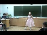 девочка поет песню про маму