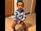 Малыш в памперсе танцует