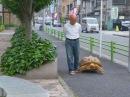 Старый узкоглазый хрен выгуливает свою черепаху