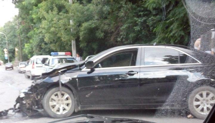 В Таганроге на Комсомольском спуске Toyota Camry столкнулась с маршруткой, семеро пострадавших