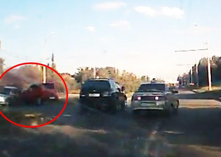 В Таганроге ДТП на Бакинской с участием трех авто попало на видеорегистратор