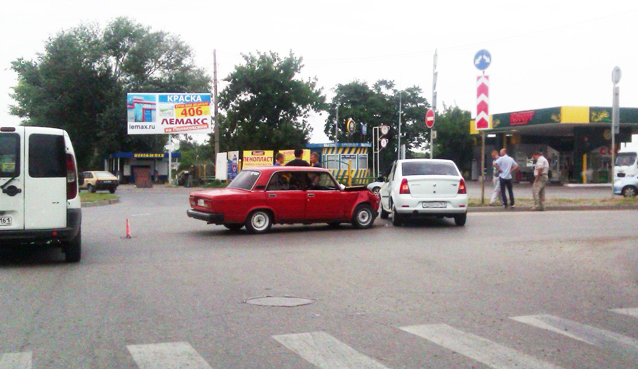 В Таганроге на кольце улиц Ломоносова/2-ая Советская столкнулись «ВАЗ-2107» и «Рено Логан»
