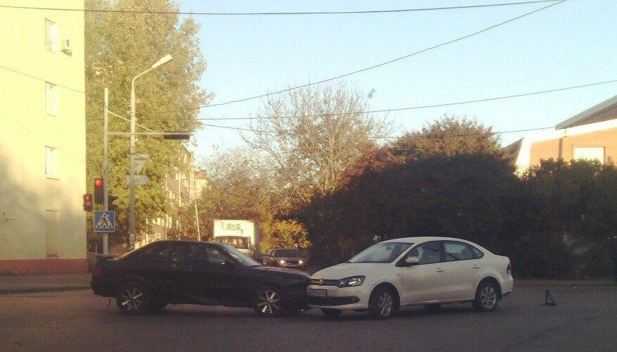 В Таганроге на улице Лизы Чайкиной Range Rover протаранил в лоб маршрутку №50