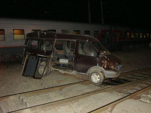 В Ростовской области пассажирский поезд «Москва — Баку» врезался в «Газель», которая заглохла на переезде