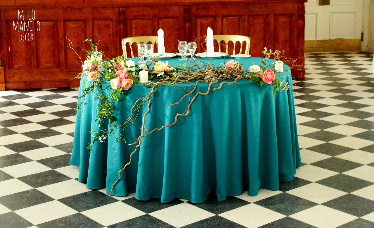президиум, украшенный ветками, цветами, зеленью и свечами