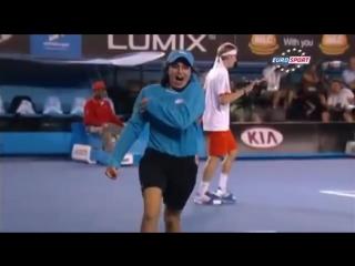 Девушка и жучок на теннисном матче