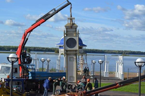 На набережной Чистополя устанавливают двухметровые часы-маяк