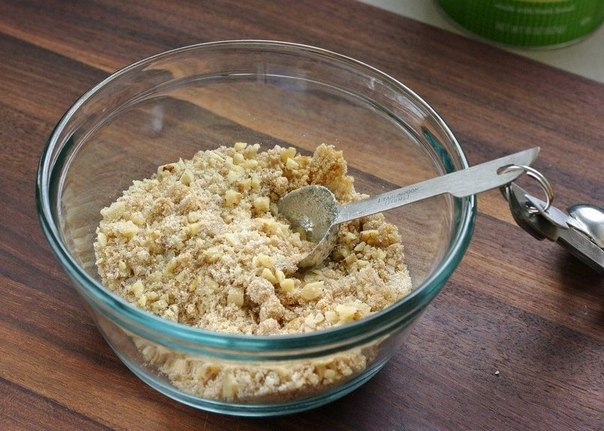 Яблочный штрудель  Ингредиенты:  ●2 листа слоеного теста, разморозить до комнатной температуры  ●2-3 больших