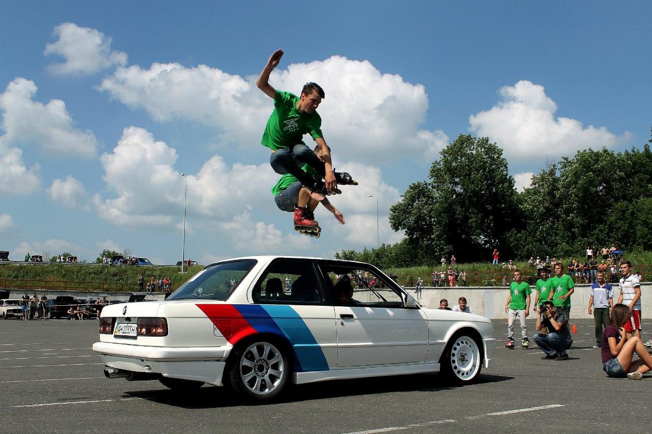Прыжки с трамлина через машину - парный прыжок - Роллеры