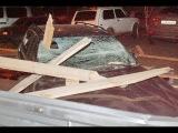 чп на стройке возле детсада: забор обрушился на припаркованные машины