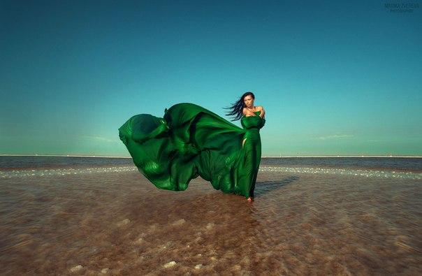 Картинки по запросу девушка в зеленом платье на море