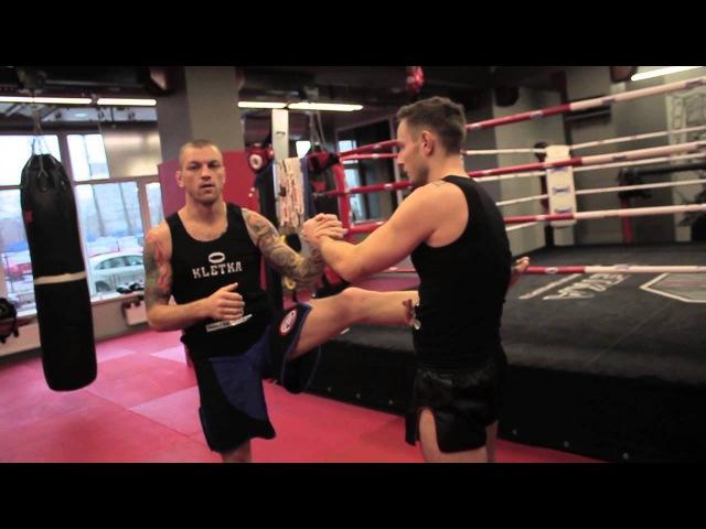 Подводящие упражнения под мидл-кик в тайском боксе показывает Андрей Басынин.