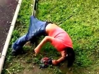 Алкашка напоролась, застряла раком на заборе! пьяная наркоманка в шоке!