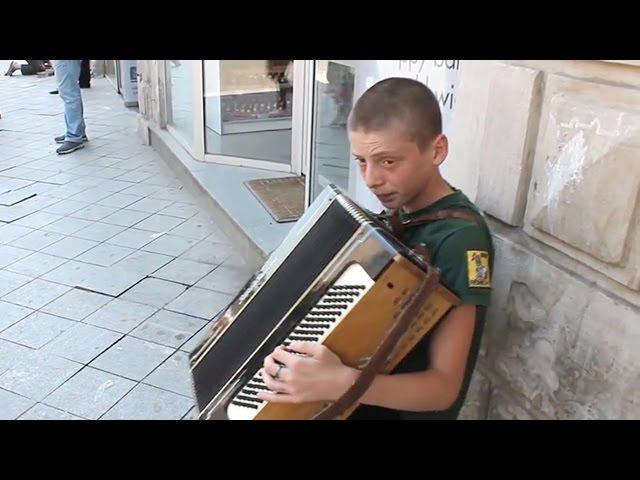 პატარა ბიჭი მღერის შუა ქუჩაში ძალიან მაგრ43