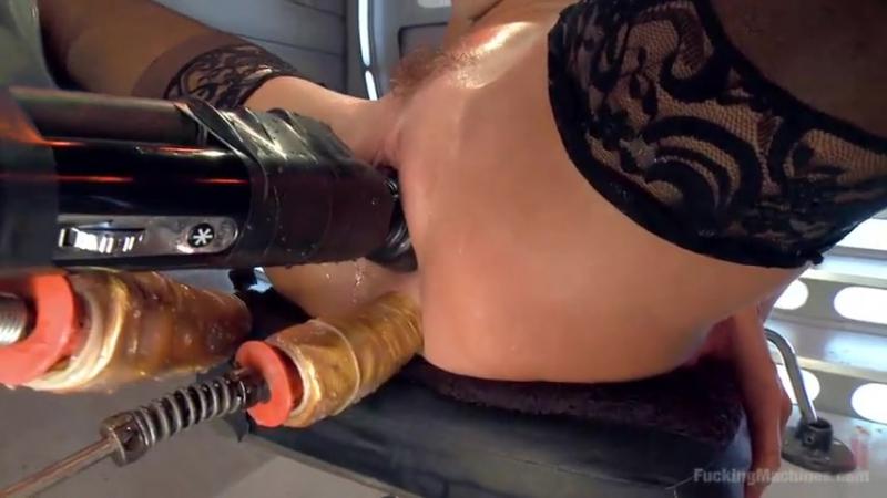 Зрелую тетку трахает секс машина и она мощно кончает оргазм сквирт порно жесткое squirt orgasm MILF fucking machine бурно цп cp