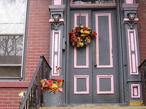 Установка деревянных дверей в подъездах